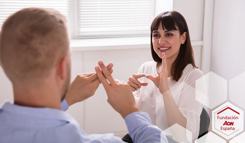 Personas comunicándose mediante lengua de signos