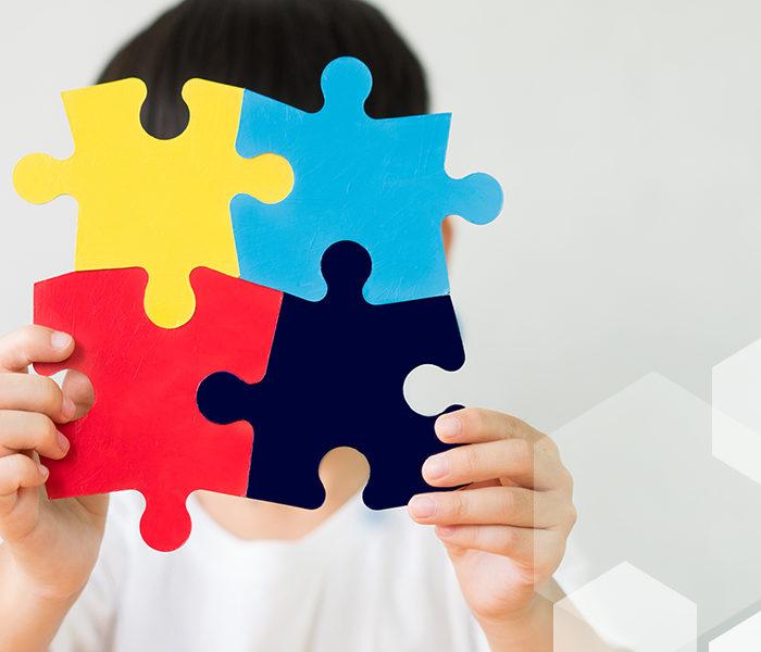 Brazalete azul por el respeto a los niños con autismo
